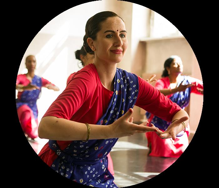 Eine Frau tanzt Bharatanatyam