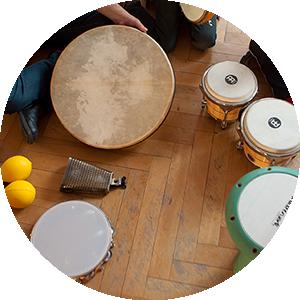 Der Kurs Musikalische Früherziehung – Percussion von Paolo Eleodori freut sich über weitere Teilnehmer*innen im Alter von 4-6 Jahren. Termin: Do. 16h-16:30h